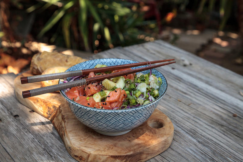 Ciotola di color salmone cruda del colpo con riso immagine stock