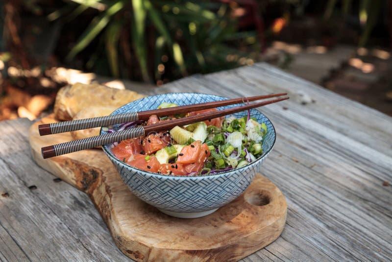 Ciotola di color salmone cruda del colpo con riso fotografie stock