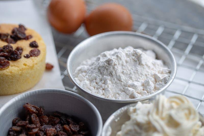 ciotola di farina di frumento per preparare il dolce immagine stock