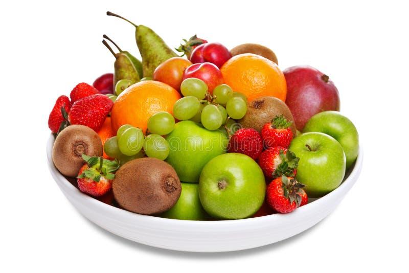 Ciotola di frutta fresca isolata su bianco immagine stock libera da diritti
