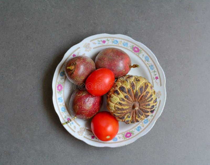 Ciotola di frutta tropicale fotografie stock