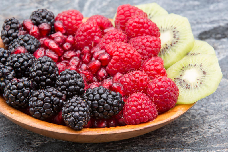 Ciotola di frutta tropicale esotica fresca immagini stock