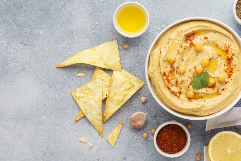 Ciotola di hummus servita con i chip di tortiglia Alimento del Medio-Oriente fotografie stock libere da diritti