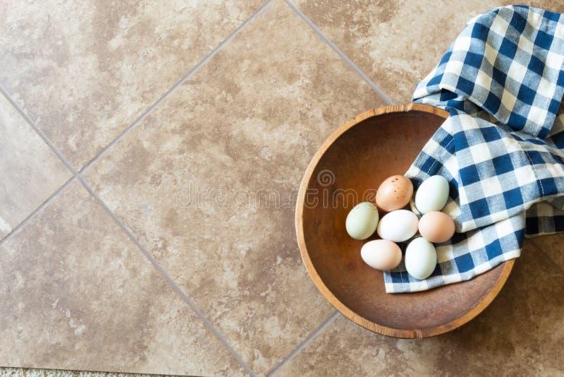 Ciotola di legno antica con l'asciugamano blu e bianco del percalle immagine stock