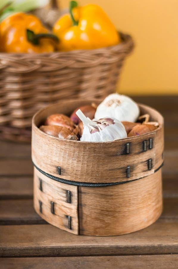 Ciotola di legno con aglio e lo scalogno fotografia stock libera da diritti
