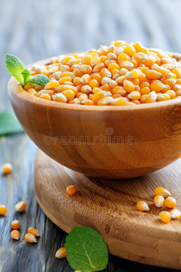 Ciotola di legno con i noccioli di cereale per popcorn immagine stock libera da diritti