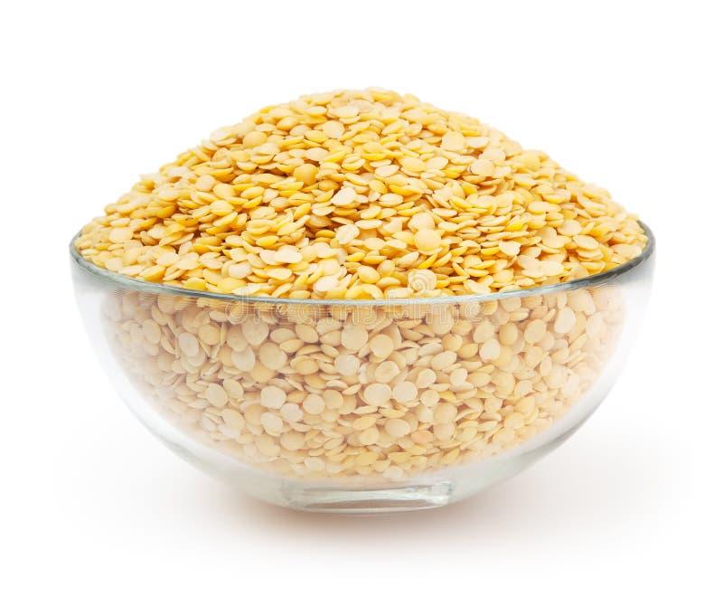 Ciotola di lenticchie gialle isolate su fondo bianco immagini stock libere da diritti