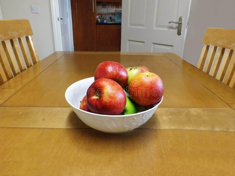Ciotola di mele sul tavolo da cucina fotografie stock