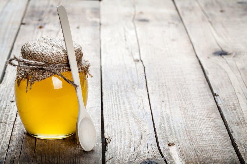 Ciotola di miele sulla tavola di legno Simbolo di medicina vivente e naturale sana Aromatico e saporito immagine stock libera da diritti