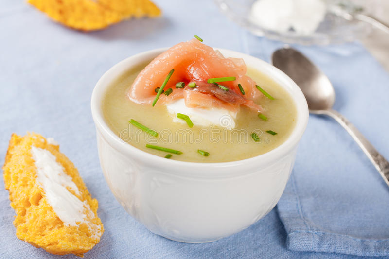 Ciotola di minestra cremosa del porro con il salmone affumicato fotografia stock libera da diritti