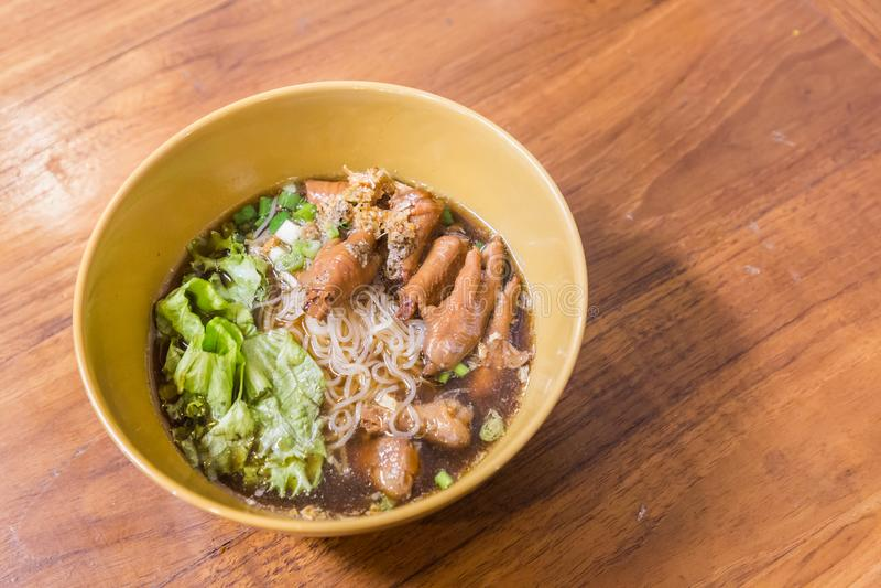 Ciotola di minestra di pasta del pollo con le verdure sulla tavola di legno Alimento tailandese - frittura #6 di Stir fotografie stock
