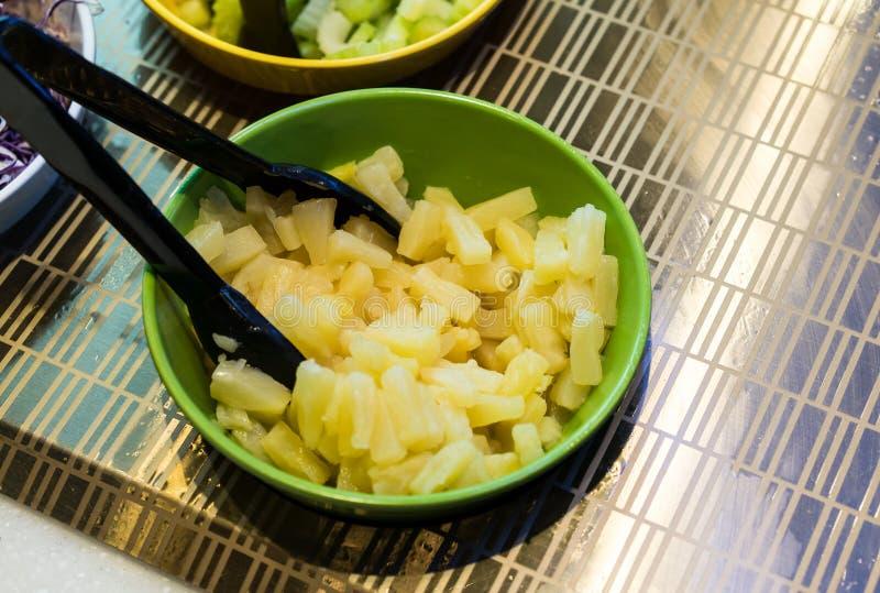 Ciotola di pezzi dell'ananas immagine stock