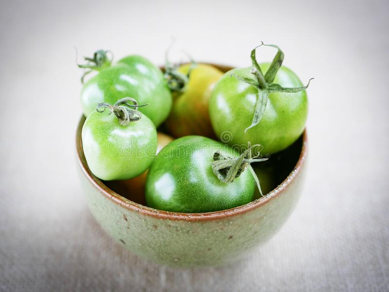 Ciotola di pomodori verdi fotografie stock