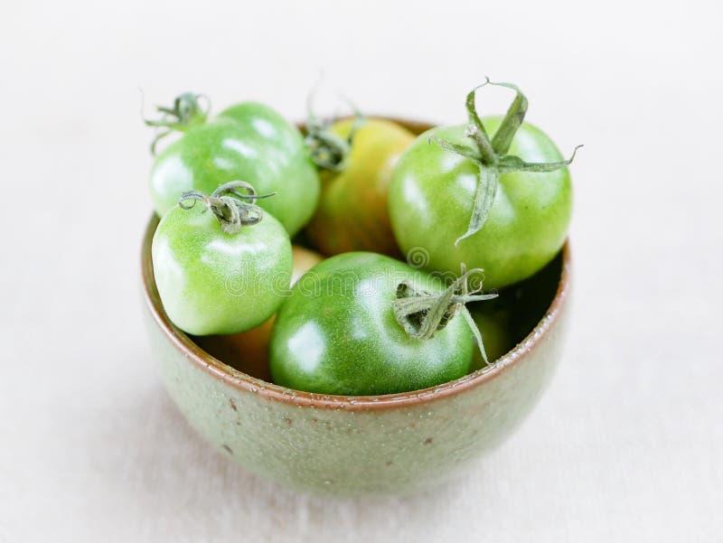 Ciotola di pomodori verdi immagine stock