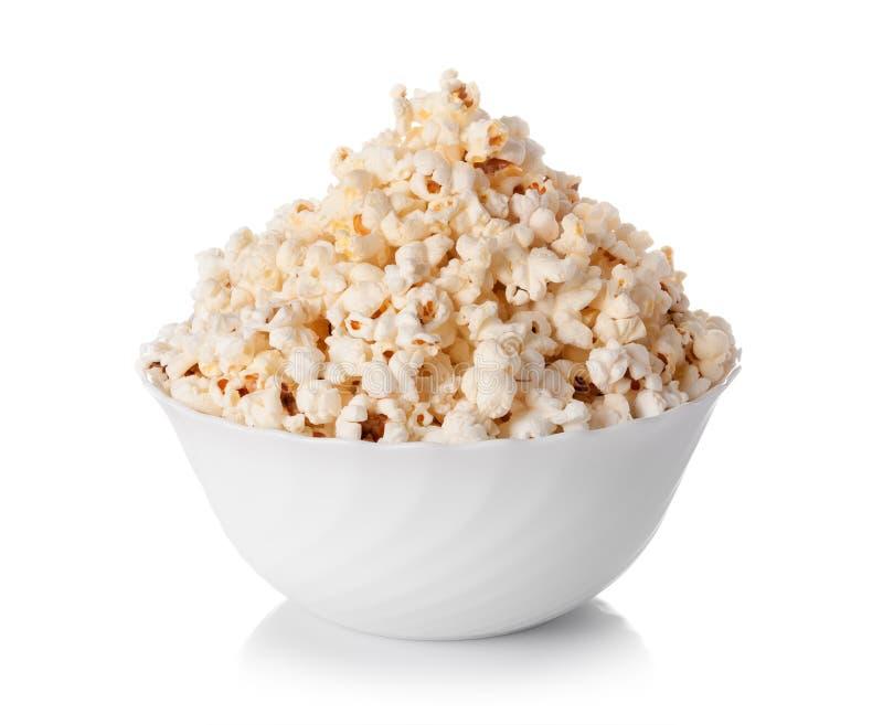 Ciotola di popcorn isolata su fondo bianco fotografia stock libera da diritti