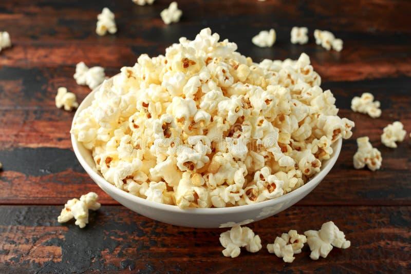 Ciotola di popcorn salato sulla tavola di legno immagine stock libera da diritti