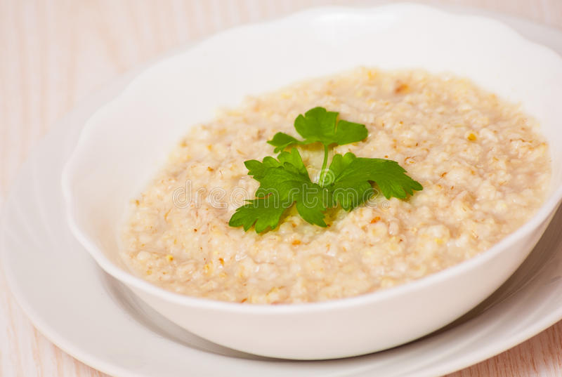 Ciotola di porridge dell'avena immagini stock