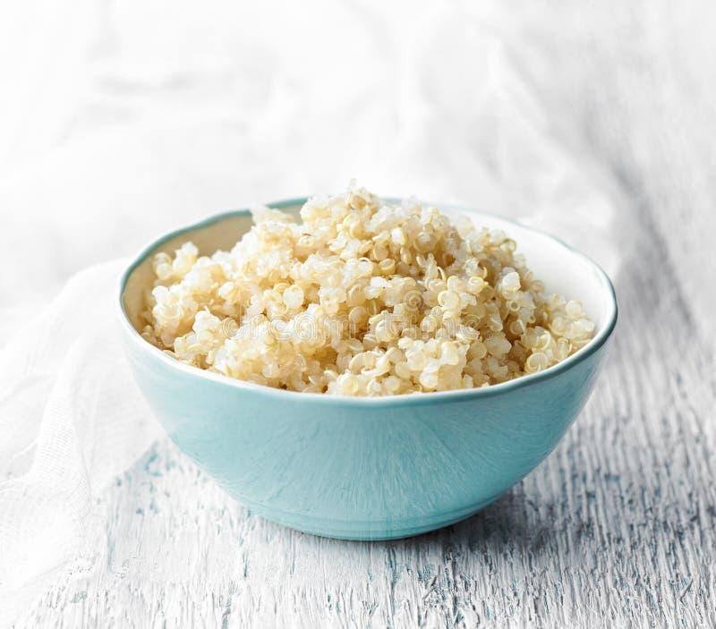 Ciotola di quinoa bollita immagini stock libere da diritti