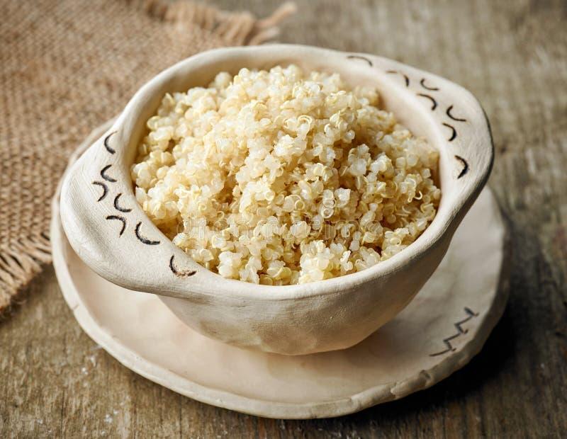 Ciotola di quinoa bollita fotografia stock libera da diritti