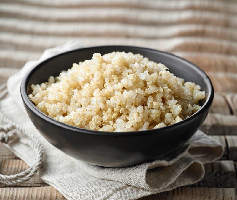 Ciotola di quinoa bollita immagine stock
