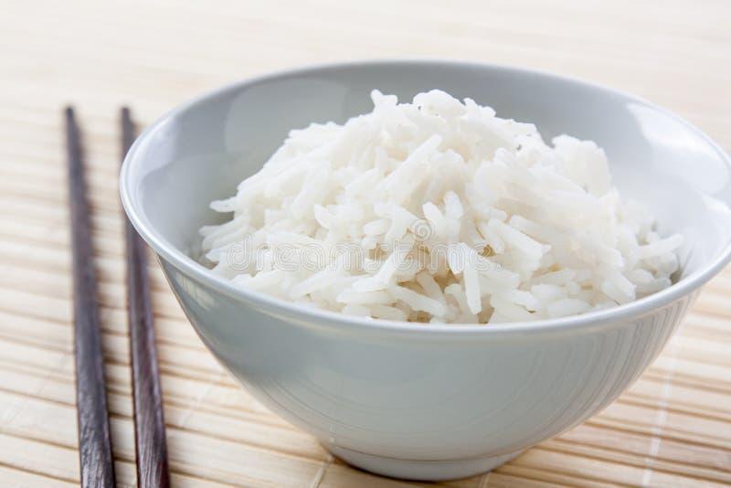 Ciotola di riso a grana lunga con le bacchette fotografia stock libera da diritti