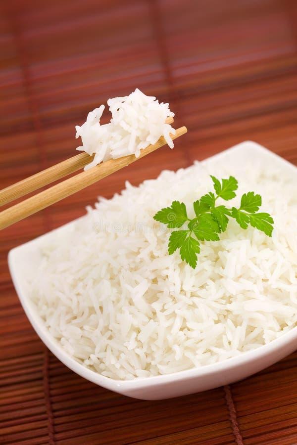 Ciotola di riso sulla stuoia fotografia stock libera da diritti