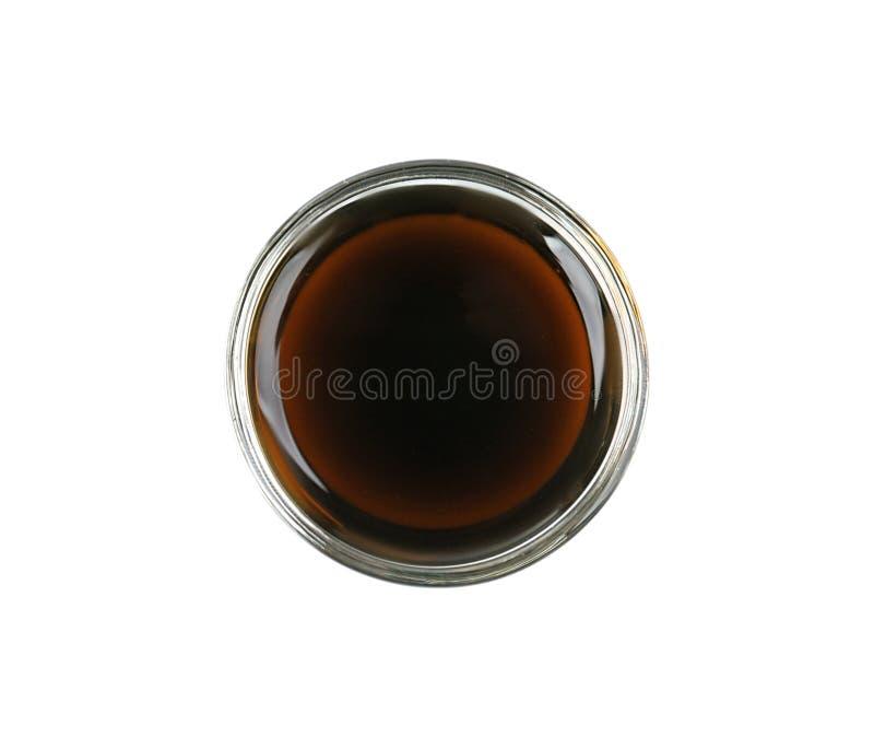 Ciotola di salsa di soia deliziosa isolata immagine stock libera da diritti