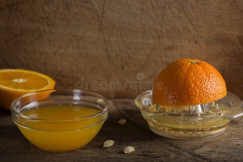 Ciotola di succo d'arancia fresco immagini stock libere da diritti