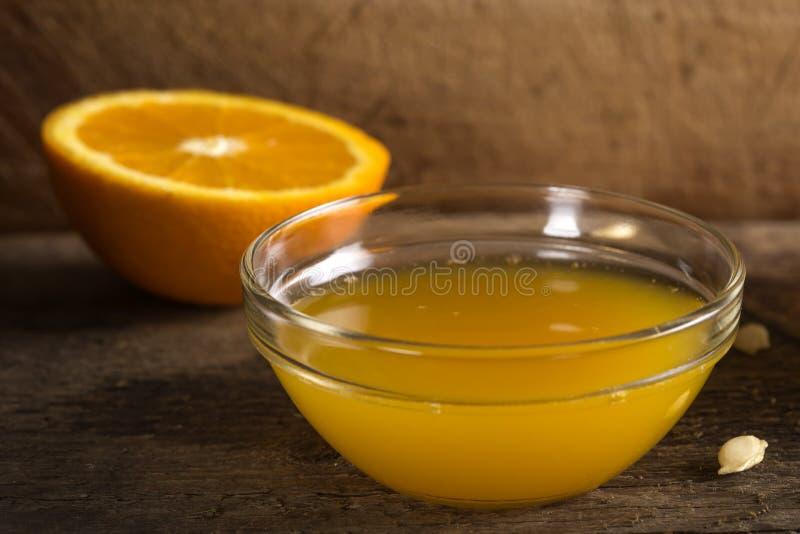 Ciotola di succo d'arancia fresco fotografia stock