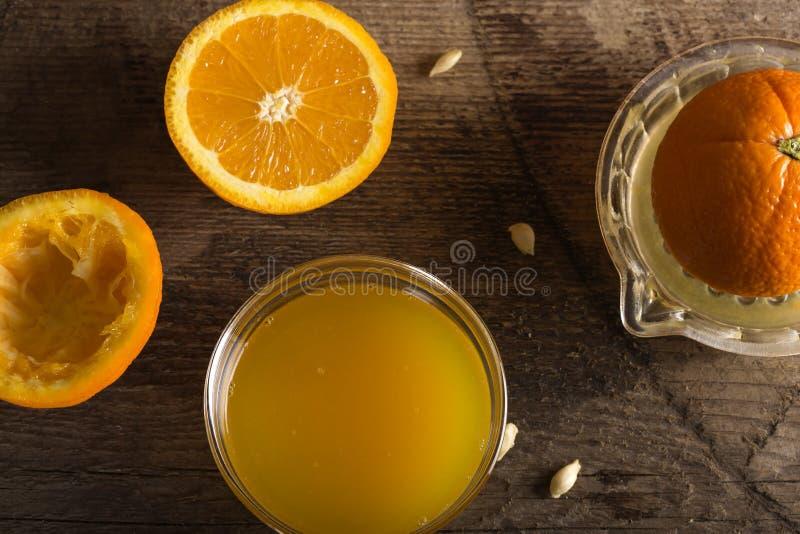 Ciotola di succo d'arancia fresco fotografia stock libera da diritti