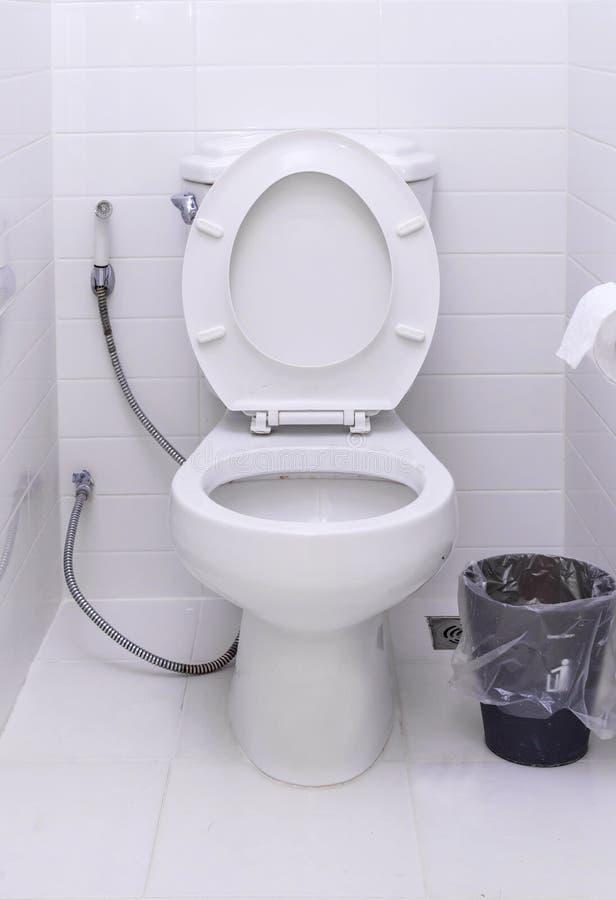 Ciotola di toilette bianca in un bagno moderno fotografie stock