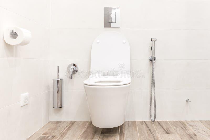 Ciotola di toilette nel bagno bianco moderno di alta tecnologia fotografia stock
