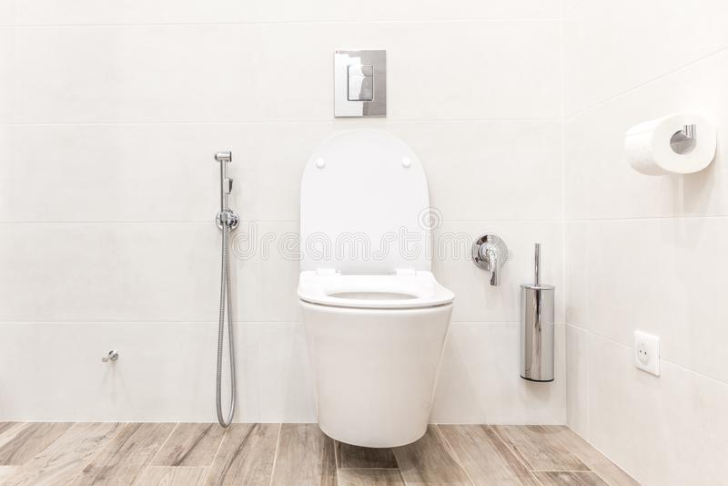Ciotola di toilette nel bagno bianco moderno di stile fotografie stock libere da diritti