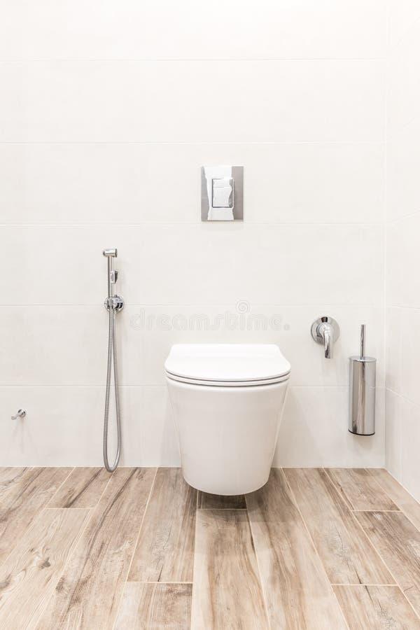 Ciotola di toilette nel bagno bianco moderno di stile immagini stock libere da diritti