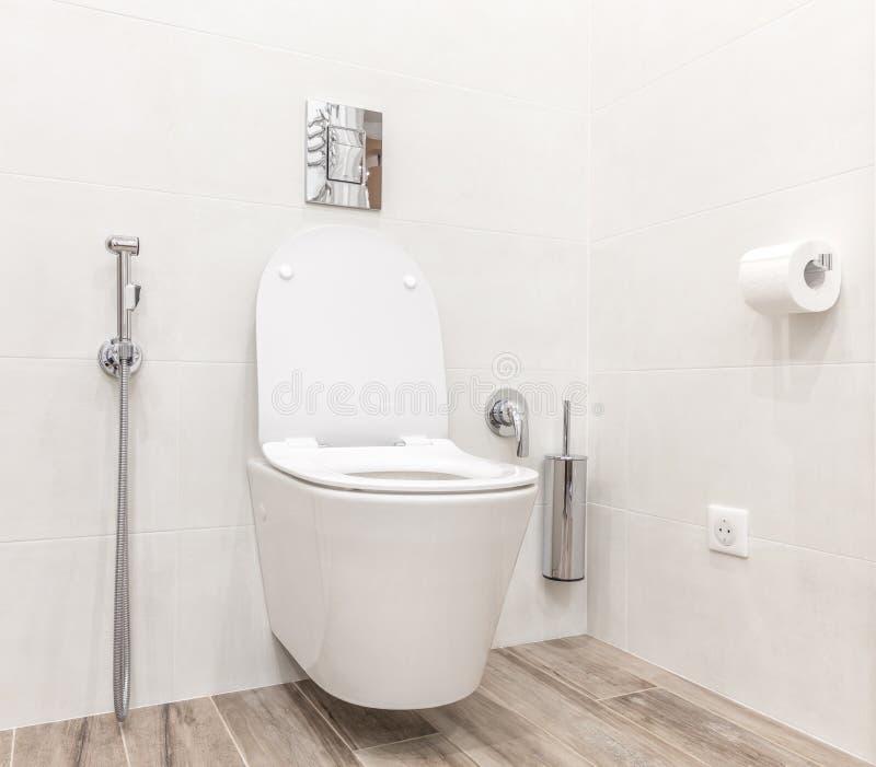 Ciotola di toilette nel bagno bianco moderno di stile immagini stock