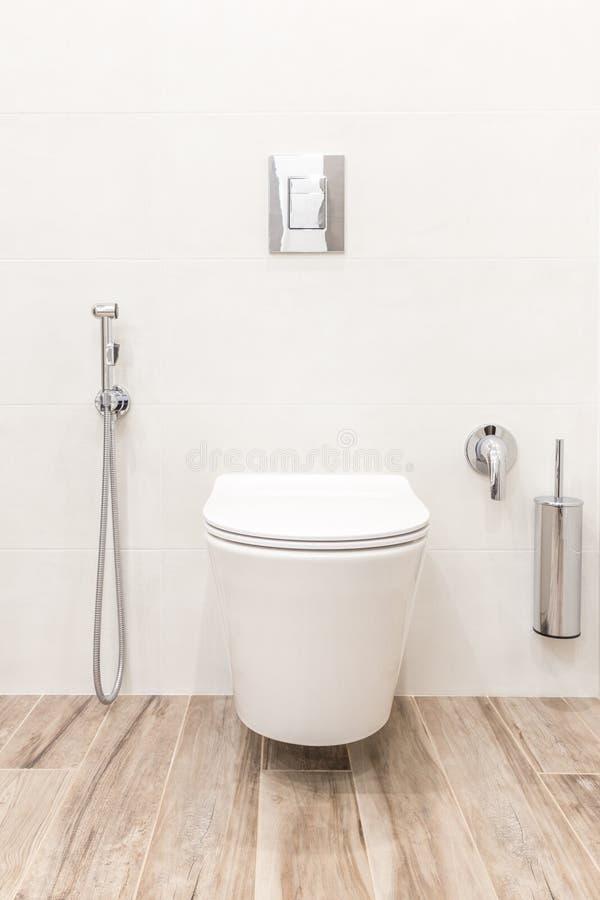 Ciotola di toilette nel bagno bianco moderno di stile fotografie stock