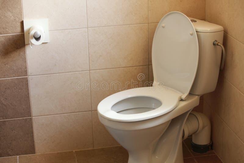 Ciotola di toilette, toilette con sciacquone domestica e documento fotografie stock