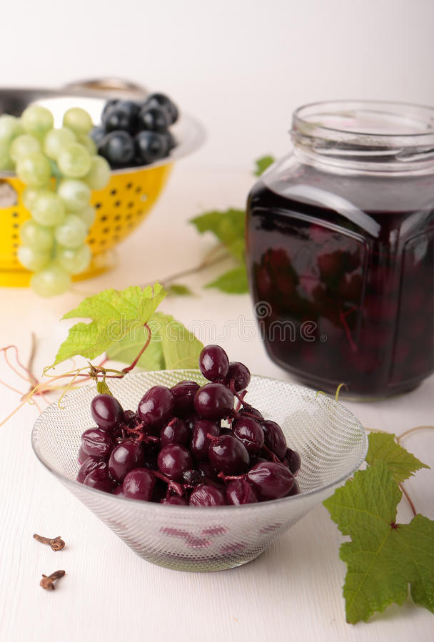Ciotola di uva rossa marinata fotografie stock