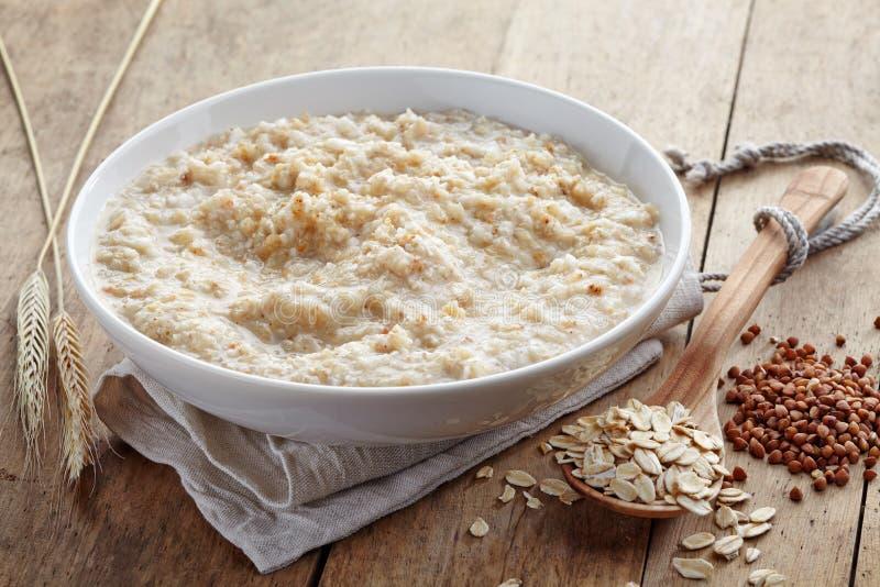 Ciotola di vario porridge dei fiocchi fotografia stock libera da diritti