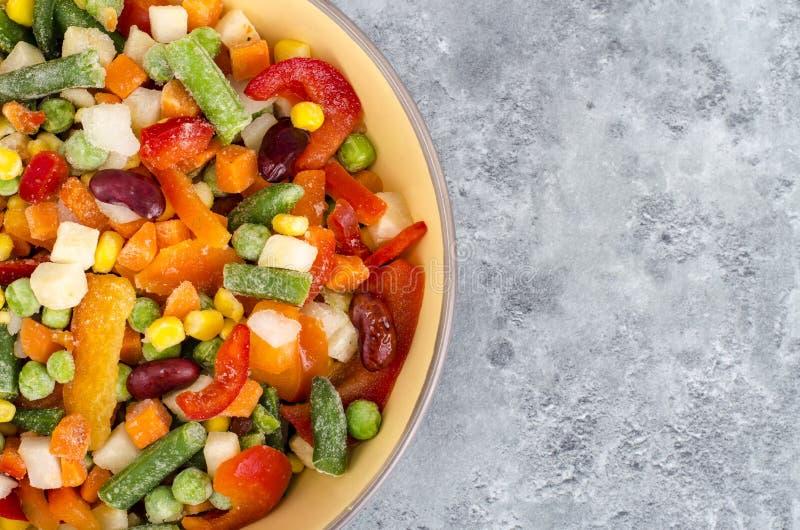 Ciotola di verdure congelate miscela per la cottura dei piatti vegetariani, concetto sano di cibo fotografie stock