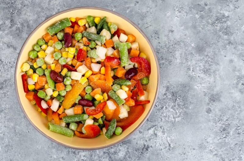 Ciotola di verdure congelate miscela per la cottura dei piatti vegetariani, concetto sano di cibo fotografia stock