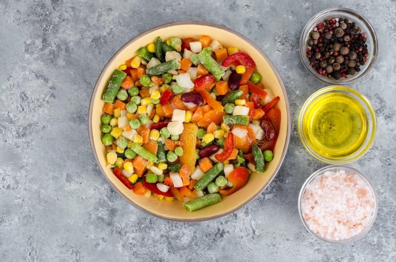 Ciotola di verdure congelate miscela per la cottura dei piatti vegetariani, concetto sano di cibo immagine stock