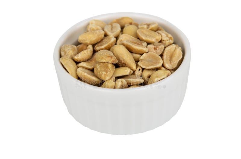 Ciotola di vetro con le arachidi fritte isolate su bianco immagine stock libera da diritti