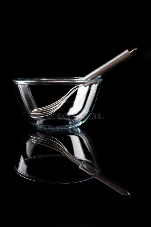 Ciotola di vetro con le basette dentro la vista laterale con il verticale di riflessione fotografie stock