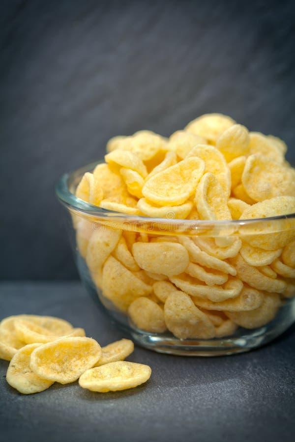 Ciotola di vetro di patatine fritte o di patatine fritte immagine stock