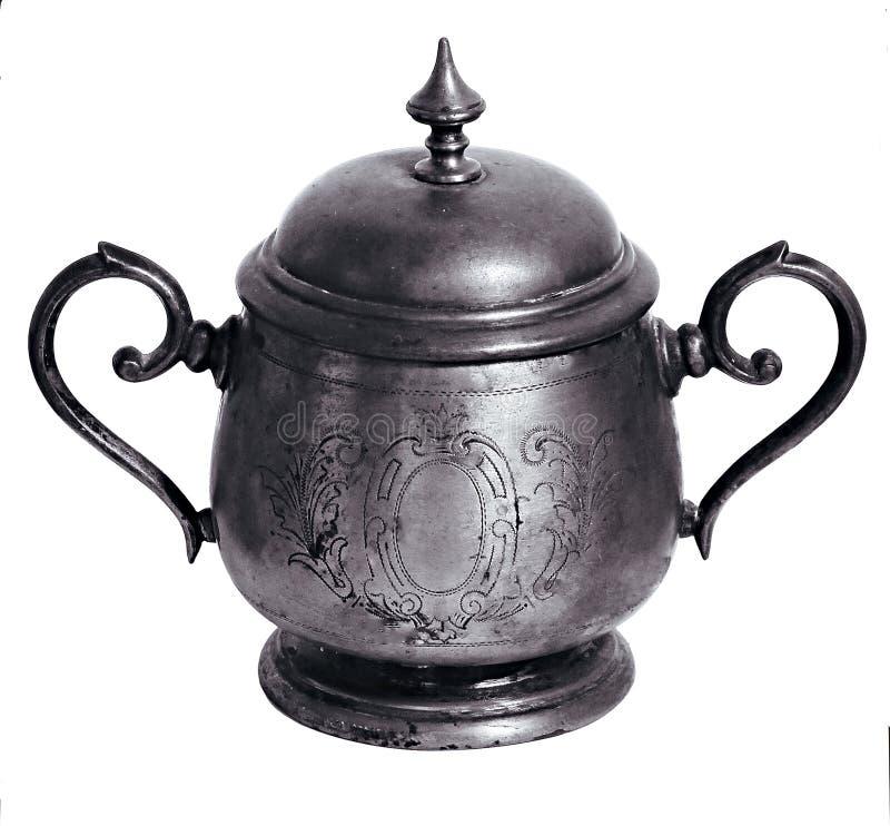Ciotola di zucchero fatta a mano d'annata di argento con gli ornamenti orientali isolati sopra bianco immagini stock