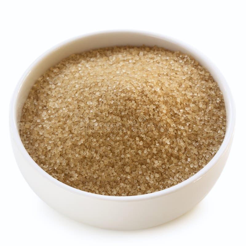 Ciotola di zucchero grezzo sopra bianco immagini stock libere da diritti