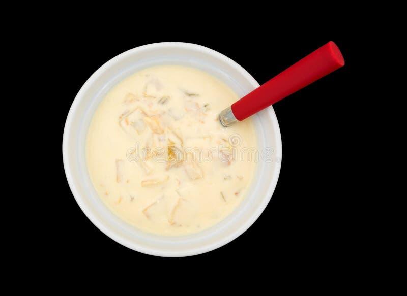 Ciotola di zuppa di molluschi e latte con un cucchiaio fotografie stock libere da diritti