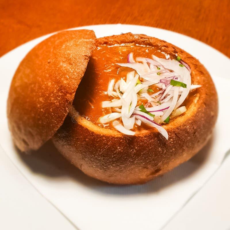 Ciotola e minestra del pane immagini stock