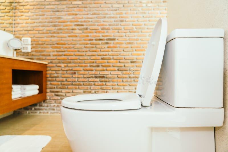 Ciotola e sedile di toilette bianchi immagini stock
